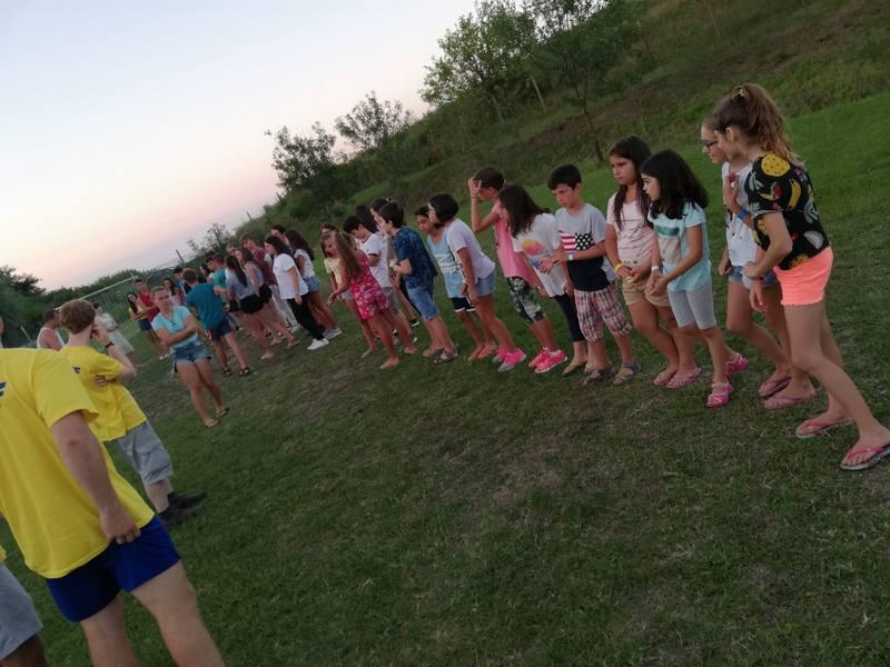 Z кемп, ден 1, спорт, игра на топка, децата са подредени в кръг и чакат играта да започне