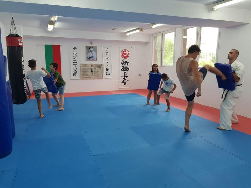 Z кемп, ден 3, час по бойни изкуства, деца тренират в зала