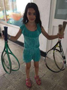 Z кемп, ден 3, ммомиченце държи по две тенис ракети в двете си ръце