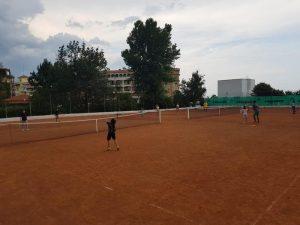 Z кемп, ден 3, игрище за тенис, деца играят на 2 мрежи