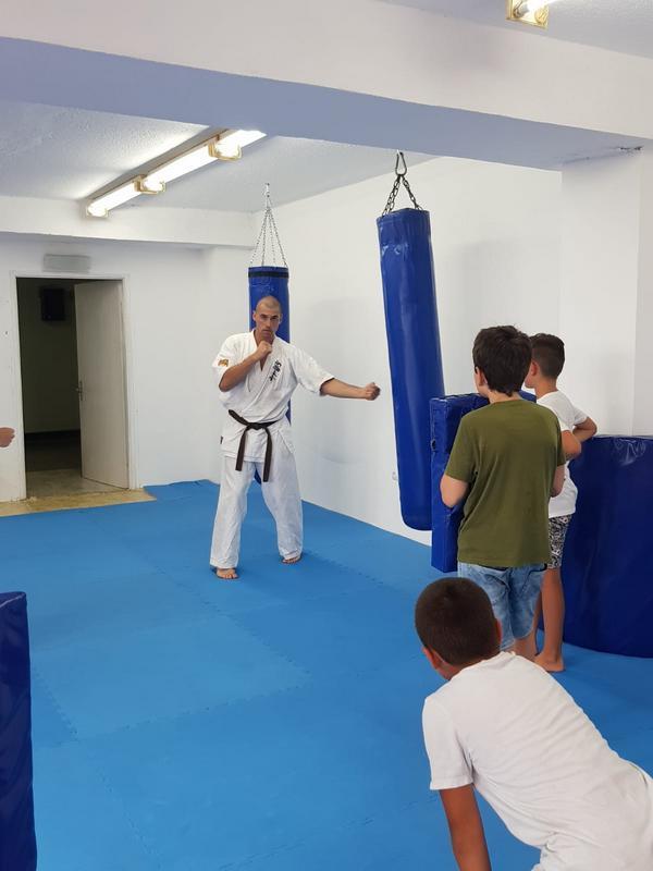 Z кемп, ден 3, час по бойни изкуства, треньорът показва удар с ръка