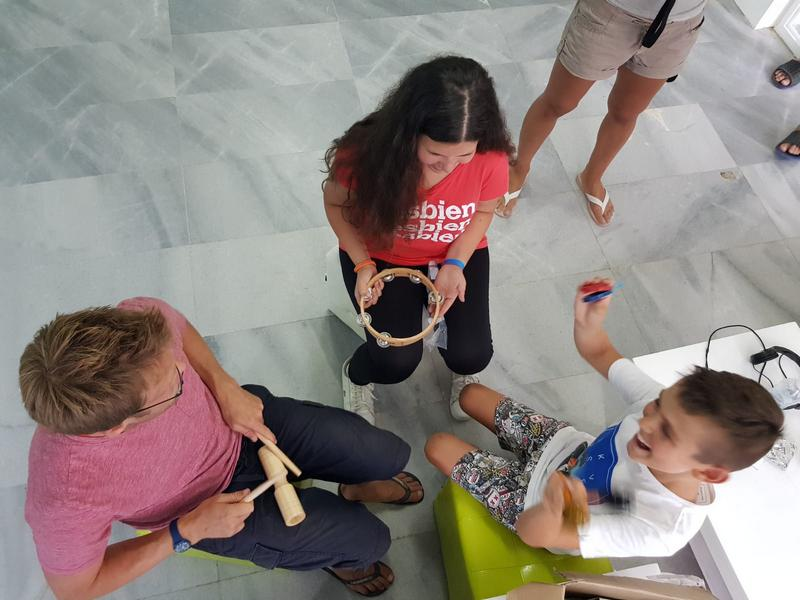 Z кемп, ден 3, музикална работилница, учител и две деца свирят