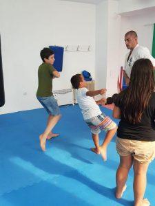 Z кемп, ден 3, час по бойни изкуства, момче се приготвя да рита