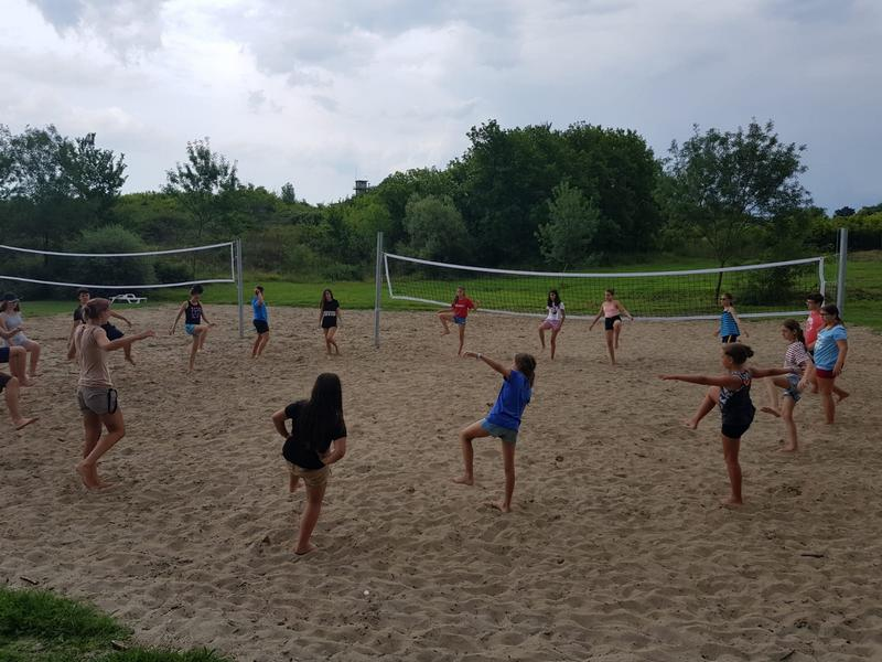 Z кемп, ден 3, плажен волейбол, децата загряват за игра