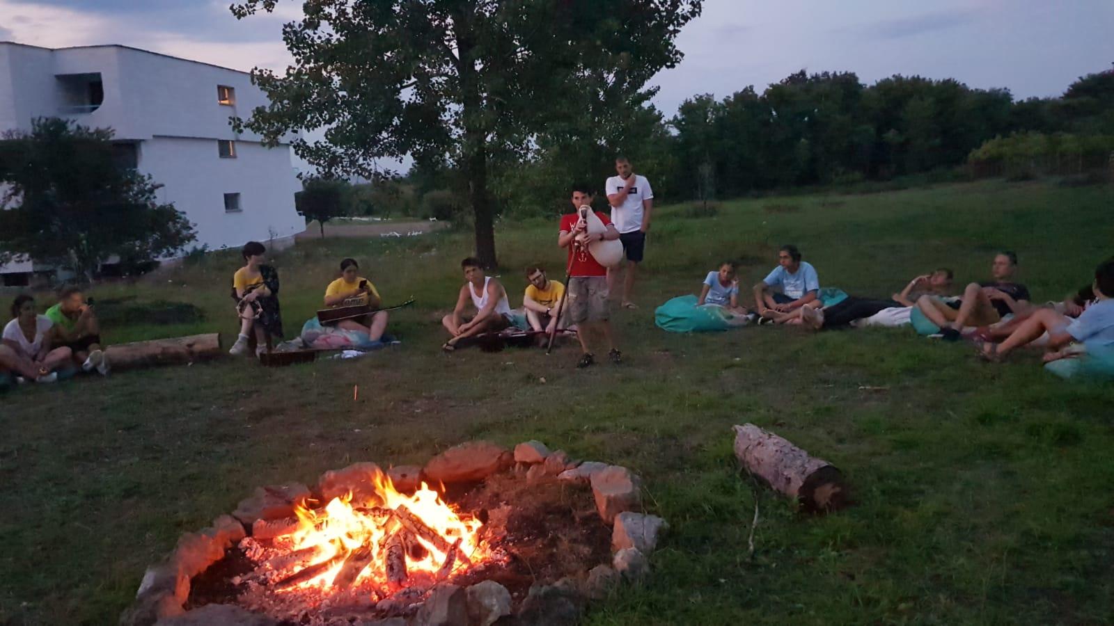 Z кемп ден 4 - лагерен огън и момче с гайда