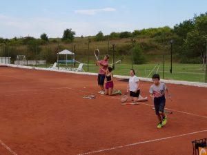 Z кемп, ден 10 - игрището за тенис, децата разгряват за игра