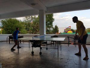 Z кемп, ден 10 - тенис на маса, учител по английски и дете играят