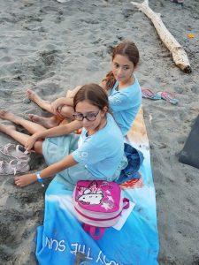 Z кемп, ден 10 - лагерен огън, две момичета седят на пясъка край огъня