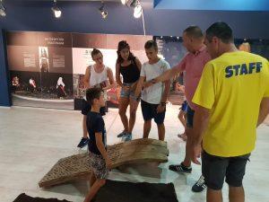 Z кемп, ден 10 - музеят в Царево, служител на Зенира, екскурзовод и група деца около старинна, каменна плоча