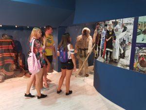Z кемп, ден 10 - музеят в Царево, служител на Зенира и група деца пред кукерски костюми
