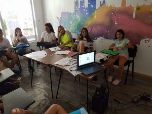 Z кемп, ден 10 - децата в час по английски, с компютри, папки, листове за писане