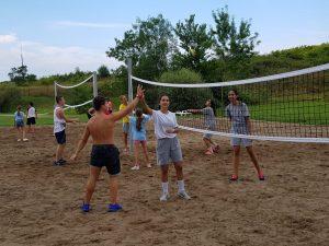 Z кемп, ден 10 - волейболно игрище, момче и момиче се поздравяват за успешен удар