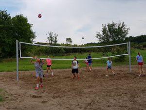 Z кемп, ден 10 - волейболно игрище, тийнейджъри играят