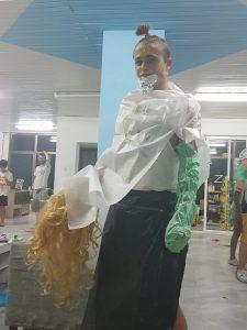 Z кемп, ден 11 - модно шоу космос, момче с бял найлон за риза и черен за пола