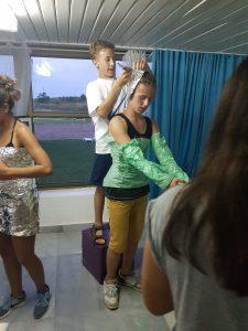 Z кемп, ден 11 - модно шоу космос, момиче със зелен найлон за риза и ръкави