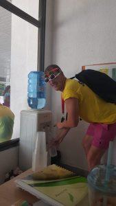 Z кемп, ден 11 - преподавател по английски се подготвя за плажа
