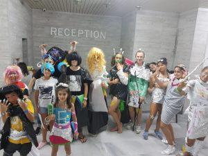 Z кемп, ден 11 - модно шоу космос, снимка на групата с костюми