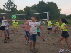 Z кемп, Ден 13 - Игра на Фризби, децата играят на пясъчното игрище