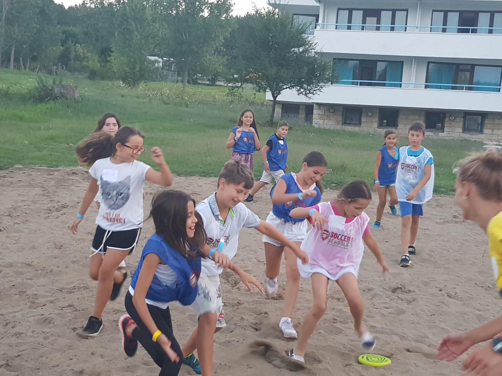 Z кемп, Ден 13 - Игра на фризби , децата се борят да хванат диска