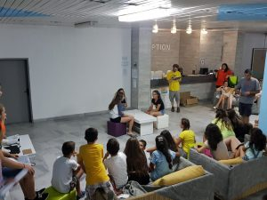 Z кемп ден 5 - вечерно шоу за таланти, децата гледат представлението на 3 момичета