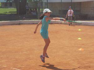 Z кемп ден 5 - момиче играе тенис на корт