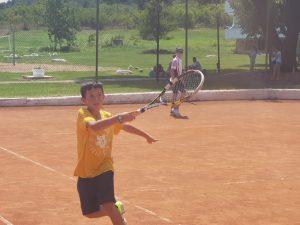 Z кемп ден 5 - момче играе тенис на корт