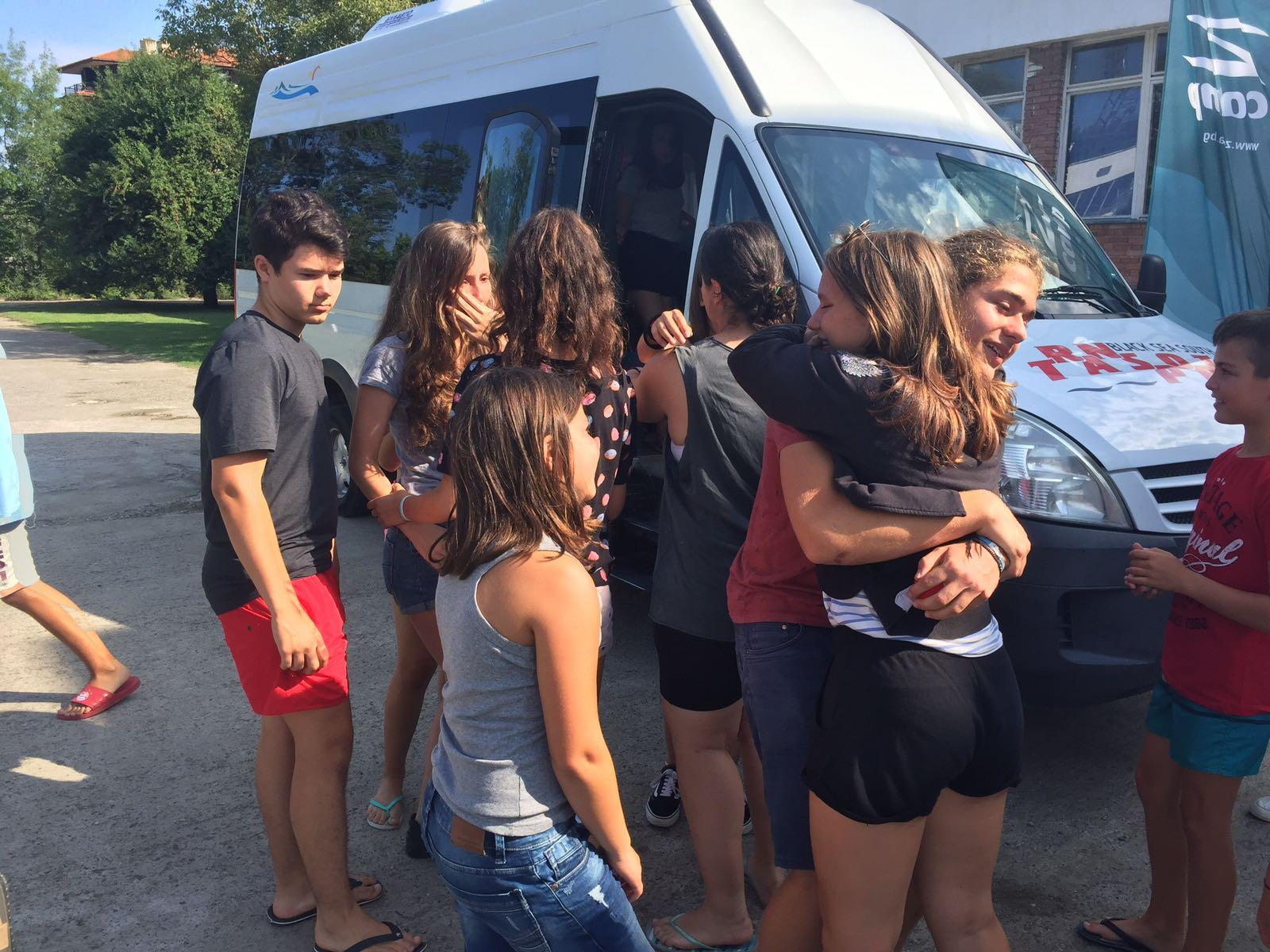 Z кемп ден 6 - момичетата се сбогуват в двора на лагера