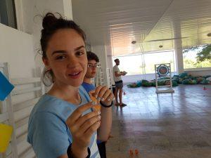Z кемп ден 7 - момиче наблюдава игра с лък