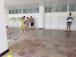 Z кемп ден 7 - деца стрелят с лък в двора на сянка