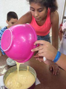 Z кемп ден 8 - Правене на торта, момиче подготвя блат за торта