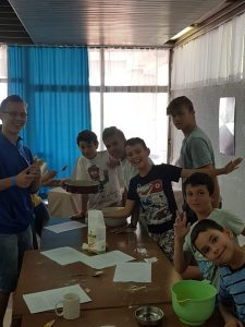 Z кемп ден 8 - Правене на торта - момчешката група е весела и доволна