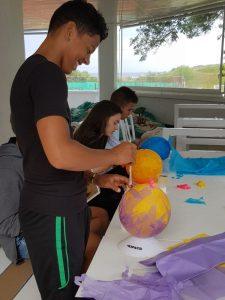 Z кемп ден 8 - Изкуство & занаяти, деца боядисват балони за планети