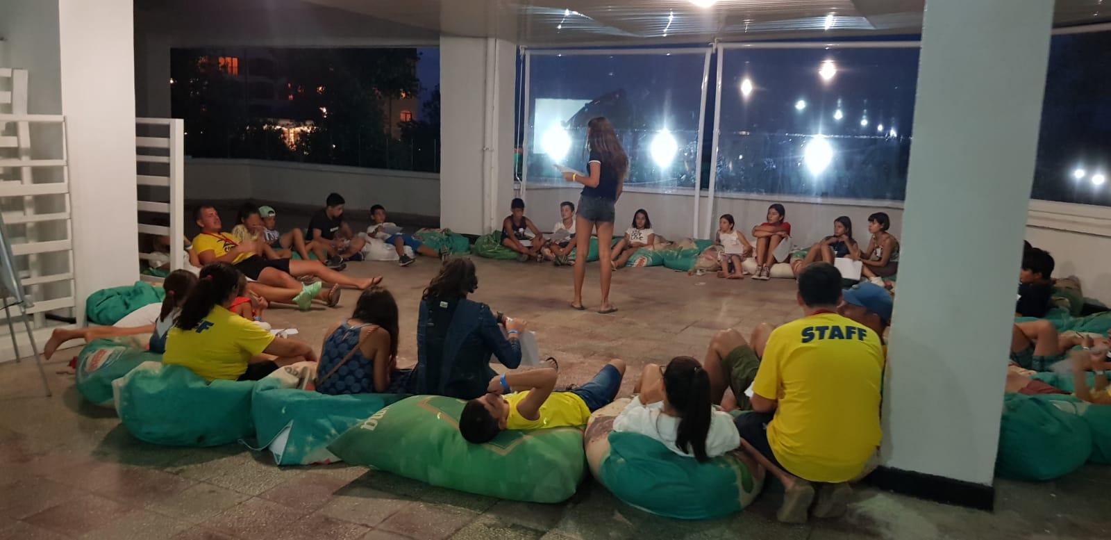 детски езиков лагер на море Z кемп, Ден 26 - в двора - новите и старите деца са седнали в кръг на земята