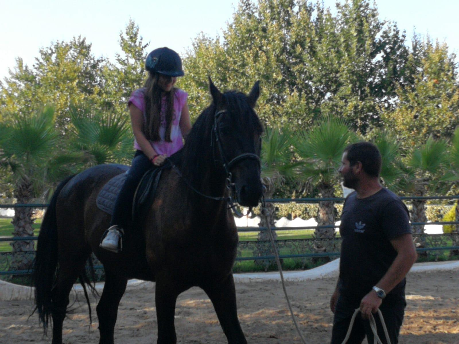 езиков лагер за деца Z кемп, Ден 23 - момиче язди кон с придружител