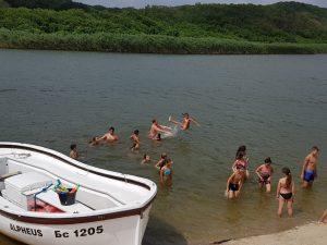 Z кемп, ден 17 - по река Велека - деца играят в реката