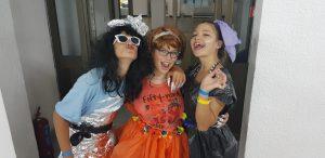 летни езикови ваканции за деца Z кемп, ден 30 - модно шоу, весела снимка на 3 маскирани деца