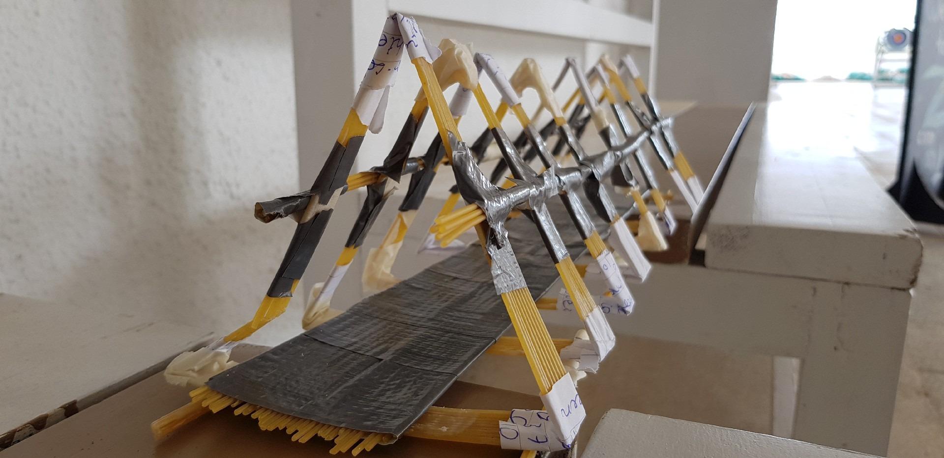 летни езикови ваканции за деца Z кемп, ден 30 - изкуство и занаяти - макет на мост от спагети и тиксо