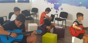 Z кемп, ден 20 - музикална работилница - 4 момчета, всяко с китара се учат да свирят
