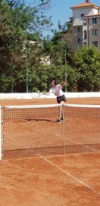 Z кемп, ден 20 - тенис корт - момиче с бяла фланелка, черни шорти и маратонки посреща топката