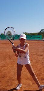 Z кемп, ден 20 - тенис корт - момиче с бели шапка, потниче, гуменки, държи ракета позира за снимка