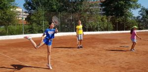 Z кемп, ден 20 - тенис корт - 3 деца играят