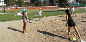 Z кемп, ден 20 - 3 момичета играят с фризби на пясъчното игрище