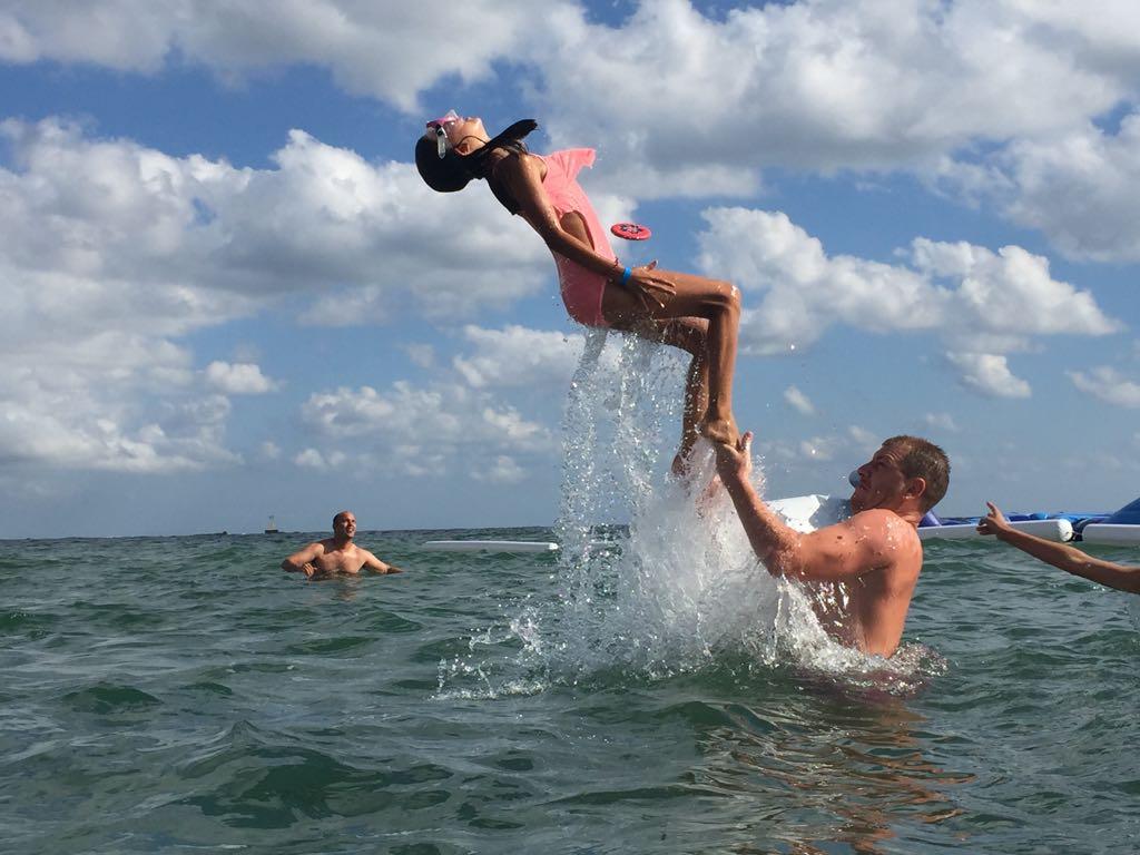 езикови ваканции за деца в България на море Z кемп, Ден 27 - на плажа - момиче прави салто над водата