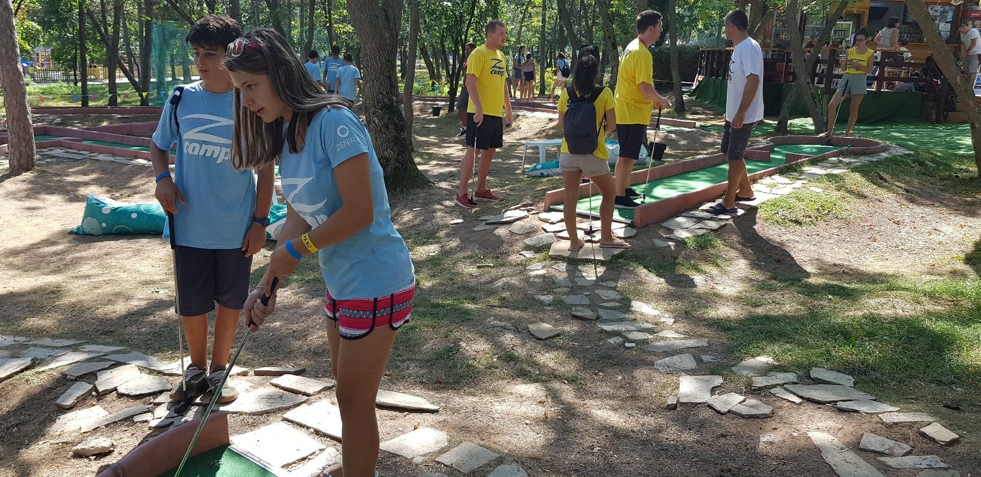 езикови ваканции в България за деца Z кемп, ден 32 - мини голф - група деца и група учители играят