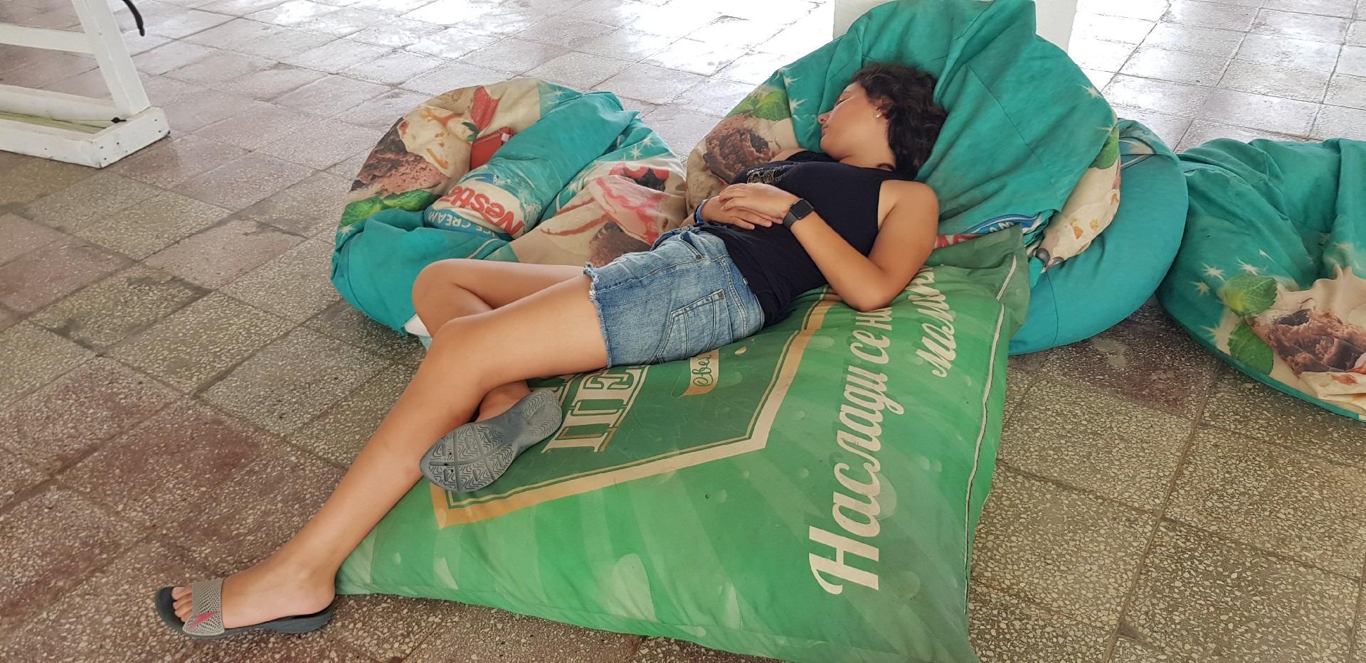 летен езиков лагер на море Z кемп, ден 33 - момиче спи върху барбарон