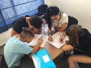 Z кемп, ден 18 - час по английски - още една група деца пишат текст за песен