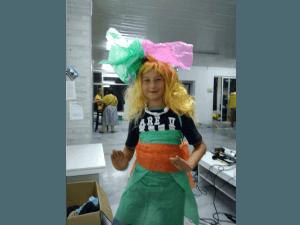 Z кемп, ден 18 - модно шоу - момиче-русалка, с руса перука, зелена рокля и панделки от хартия
