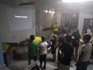 Z кемп, ден 18 - караоке - група деца следи текста на песните, на стената във фоайето