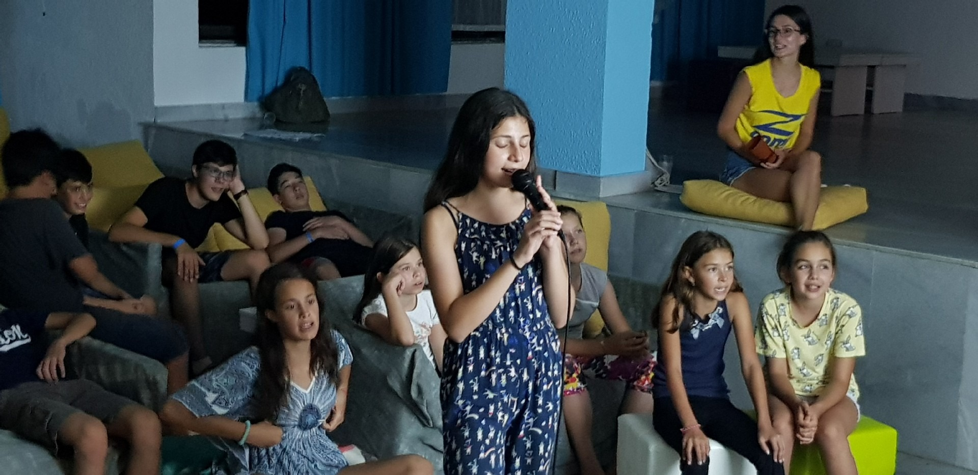 летни езикови лагери за деца Z кемп, ден 31 - караоке вечер, момиче пее пред микрофон