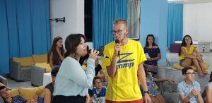 летни езикови лагери за деца Z кемп, ден 31 - караоке вечер, двама учители изпълняват дует